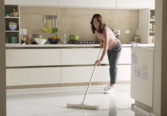 artículo de limpieza sobre cómo limpiar pisos y baldosas con lysoform