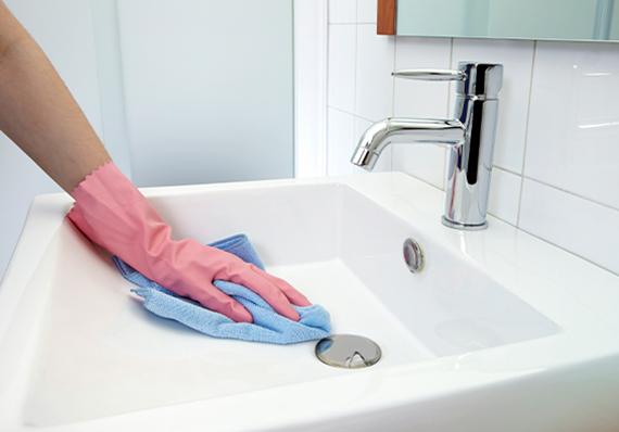 artículo de limpieza sobre desinfectar el baño