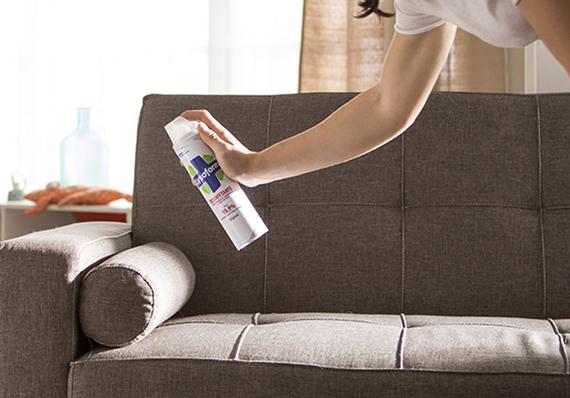 artículo de limpieza sobre cómo usar aerosoles para refrescar superficies suaves